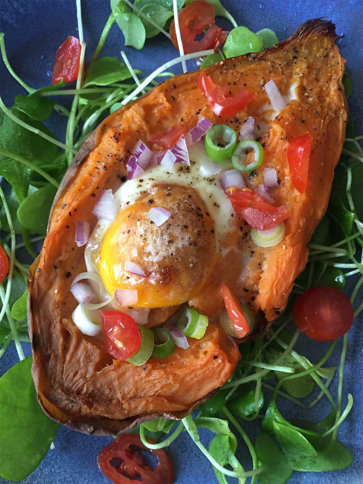 Zoete-Aardappel-met-ei-uit-de-oven-close-up